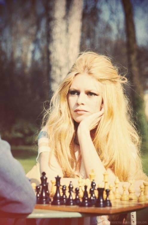 młodziutka Brigitte Bardot przy szachach